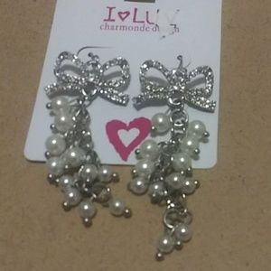 Dangaling errings shaped in a bow